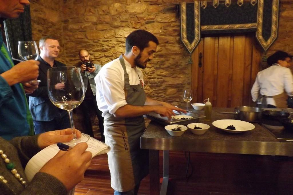 Show cooking de Alvaro Villasante en Godeval con los MW tomando notas