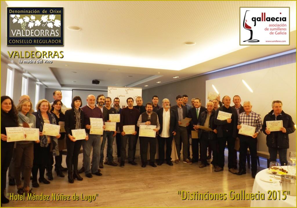 Asistentes al acto con sus diplomas en Lugo